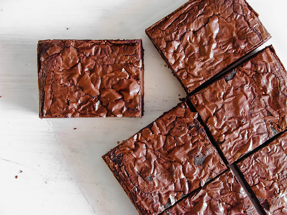 Struggling to get shiny tops on your brownies? You know, that thin shiny crust that take brownies to the next level! In this thorough post you'll learn all the secret tricks you need to get this shiny crust on any brownie recipe (except vegan or sugar free)! #brownies #homebaking #chocolatebrownies #shinybrownies #browniecrust